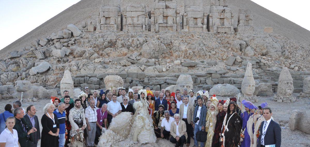 Anadolu'nun kadim kentlerini tarihi ve kültürü ile gözler önüne seren defileler